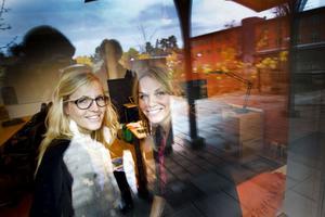 NÖJDA. Soloföretagarna Åsa Sund och Maria Forsberg Lönn är nöjda med platsen i Sandbacka Park. Här delar de kontor men har ingen öronmärkt arbetsplats.