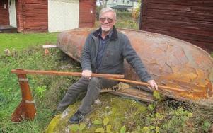 """Kurt Fosselius är glad att kunna få hem segelbåten """"Spättan"""" till Åsgårdarna. Den tillverkades en gång på Segebaden-Berg. Foto: Roland Engvall"""