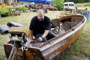 Daniel Höglund bedömer att träbåten är byggd på 20-talet, förmodligen på ett varv i Djursholm.