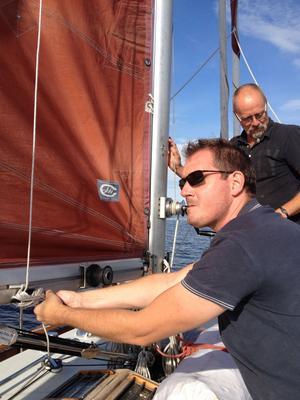 Här hjälper jag skeppare Ove med att dra i en tamp.