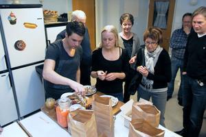 Inledningsvis fick deltagarna smaka på lokala delikatesser, som den mjölksyrade gurkan. Genom att lägga in grönsaker behåller man dem över vintern.