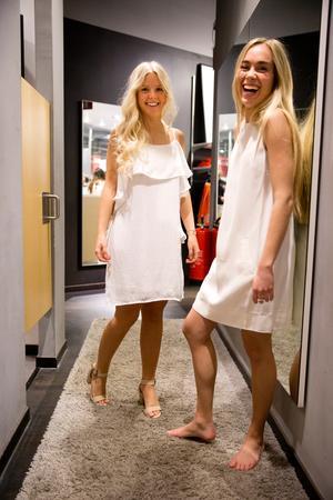 Vitt ska det vara! Cecilia har volangklänning med axelband från MQ. Sagas klänning är rak och och ärmlös. Båda kostar 599 kronor.