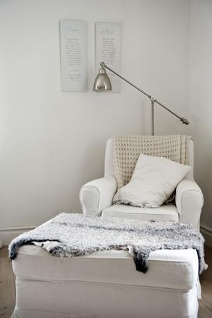 Myshörna. Det är sparsamt med tavlor hemma hos familjen Wikman-Ehrling. Men bakom fåtöljen i vardagsrummet hänger två av formgivaren Ylva Skarp.