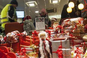 Många passade på att värma sig inne i affärerna i Svegs centrum.
