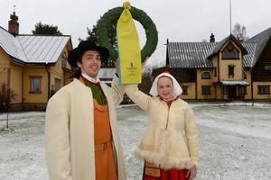 Vasaloppets kransmas och kranskulla, Johan Wellert och Hanna Eriksson väntar med kransen.