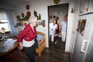 Barbro Lööf känner sig trygg med hjälpen honfår av Sirpa Stefanius Kangas och Birgitta Ölund.