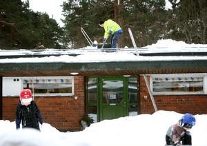 Just nu skottas taket av för att begränsa skadorna.
