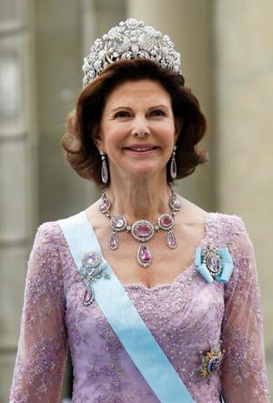 5/5 Drottning Silvia.Så vacker i det Brasilianska diademet. Drottningen har öppet hår, vilket är ganska ovanligt. Jag tror att det är första gången som bär det tillsammans med det diademet. Men drottningen har sitt hår utsläppt oftare nu för tiden, det är jättefint och klädsamt. Runt sin hals bär hon ett halsband med topaser som kräver en något djupare urringning. Topaserna matchar klänningens rosa nyans.