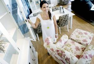 Gillar grannen. Catarina Olsson, delägare i Olles möbelhus, tycker det är positivt med uppmärksamheten kring grannen Ikeas katalogsläpp.