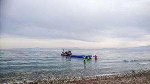 På bilden bärgas en gummibåt efter att grekiska kustbevakningen tagit över flyktingarna till sitt fartyg för transport till hamnen.
