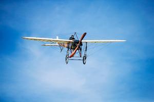 Helgens flygfest bjöd på ett historiskt vingslag när piloten Mikael Carlson flög sin Blériot XI över Bollnäs – exakt 100 år efter att hälsingarna fick se ett flygplan över Bollnäs för allra första gången.