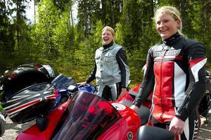 """Kör tvåhjuligt. """"Det är kul att det händer lite när man gasar på"""", säger Gabriella Erikpers, till höger, som tog hem förstapriset i damklassen. Till vänster i bild ses Johanna Bäcklund."""