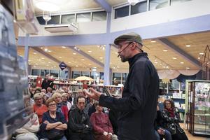 Många vill höra Johan Theorin berätta om sina böcker på biblioteket i Bollnäs.