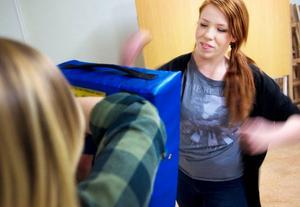 Skrik och hårda slag kan vara ett sätt att stoppa ett våldsamt övergrepp. Elin Morén lärde ut tekniker i feministiskt självförsvar på Gamla tingshuset i Östersund. Alida Johansson var med som hjälpinstruktör.
