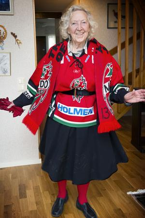 Britta Häger kallar sig hockeymormor och går i princip på alla Modos hemmamatcher. Hennes matchställ består av handskar, halsduk, matchtröja, röda strumpbyxor och så den signerade, svarta kjolen.