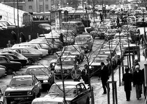 Parkeringsproblematiken är inte ny i Södertälje. Bilden är från Köpmangatan, 1976.