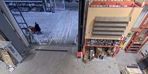Misstänkta tjuven går ut till butikens utomhusområde. (Från  polisens förundersökning. Stillbild från övervakningskamera. )