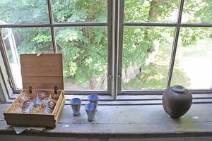 På flera våningsplan i huset visas samlingsutställningen. Här keramik av gästutställaren Agneta Taube.