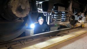 Pär Lindberg fixar under tågvagnen. Intresset för tåg har funnits med sedan barndomen och uppväxten i Hälsingland.
