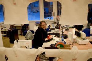 Johannah Ellström går första året på yrkesutbildningen i sömnad och syr byxor i ylle, inspirerad av traditionella plagg från Rättvik.