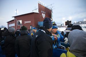 Jesper Nelin och tränare Wolfgang Pichler tar intervjuer med Expressens och  Sportbladets reportrar.