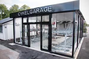 Cykelgaragets 72 platser beräknas räcka tack vare en viss överbeläggning. Kommunen räknar kallt med att kunna sälja fler abonnemang än antalet platser.