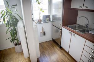 I köket har Johanna målat kaklet vitt: – Det såg ut som en pizzeria när jag köpte lägenheten.