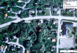 Fornlämningen ligger under Maj-Lis och Arne Björks tomt och sträcker sig ända till granntomten som ägs av kommunen.