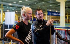 Jonna Sjöberg och Kalle Granath diskuterar hur en av övningarna ska genomföras.
