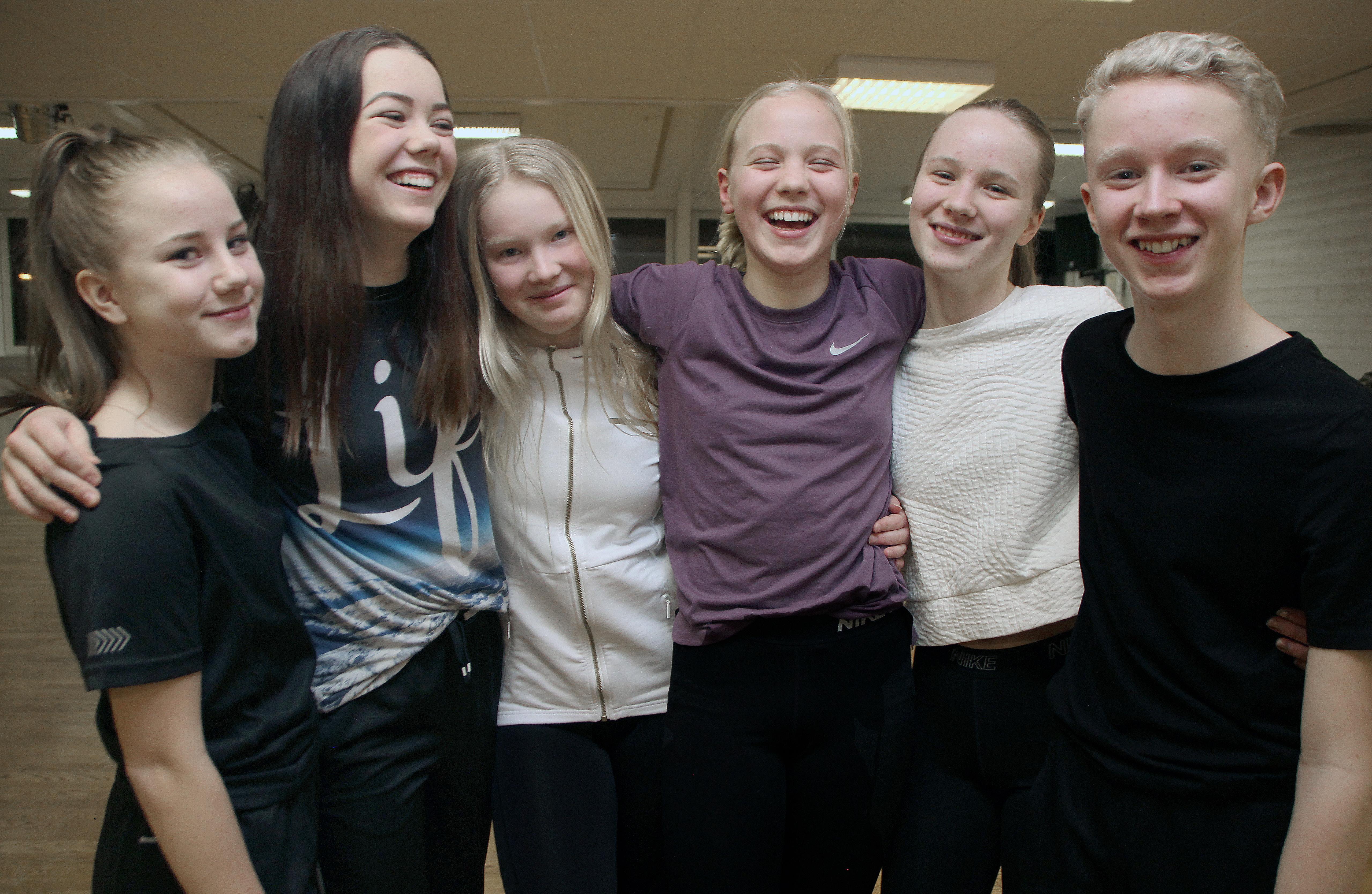 Hiphop-dansarna i Kurbits-crew får inte berätta hur det gått i Talang. Efter programmet i TV4 med start klockan 20.00 på fredag vet också resten av Sverige.