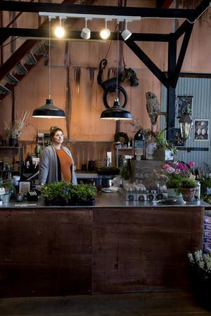 Ida hoppar in i kassan på Lilla Wextverk ibland och hjälper Solveig. Hennes verkstad ligger innanför den blå dörren.