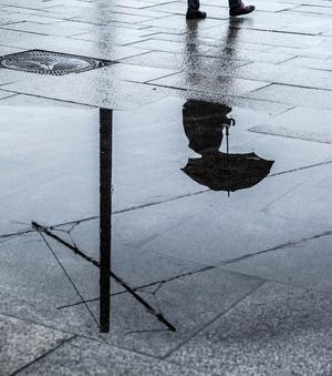 Under lördagens senare del kommer nederbörd – och åska.