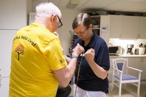 Fysioterapeuten Monica Bergström hjälper till under träningspassen.
