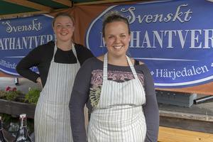 Sofie Larsson (till vänster) och Malin Larsson jobbar för svenskt mathantverk i Lillhärdal.