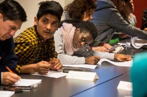 Här är det Röda Korsets volontärer som lär ut lätt svenska för asylsökande.