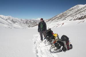 Lars Bengtsson på toppen av ett namnlöst bergspass 5000 meter över havet i ett väglöst område av Altun Shan-bergen i Kina år 2010.