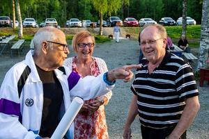 Sven-Olov Viklund kommer till Nor tillsammans med Elvy Brandt. Han ser till att affischer sätts upp i Bollnäs. Leif Persson, vice ordförande i Järvsö BK är tacksam över den insatsen.