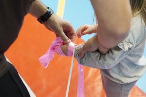 Ines fastnade till slut med pinnen hon snurrade runt i luften, vid gymnastikdelen på Idrottens dag.