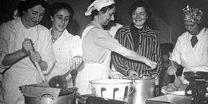 1940. Rädda Barnen i Gävle kokar äppelmos i slottsköket till finska krigsbarn som kommit till Gävle.