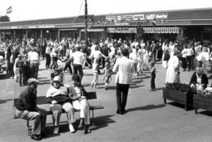 Midsommarfirande på torget i Svenstavik 1983.
