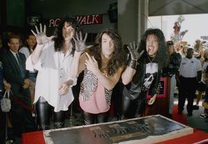 Bruce Kulick (t.v.) tillsammans med Kiss-medlemmarna Paul Stanley och Gene Simmons när de fick sina handavtryck förevigade vid Hollywood's Rock Walk i Los Angeles i maj 1993.