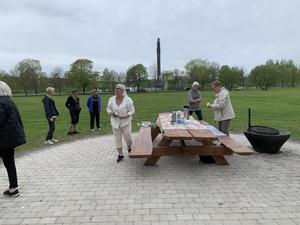 Fikabordet klart när SKPF:s promenadgäng kom till Borgarparken. Fotograf: Lena Jonsson
