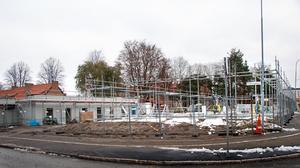 På fredagen fanns det plötsligt byggnadsställningar runt grundplattan.