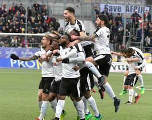 ÖSK-spelarna, med Michael Omoh i mitten, jublar efter den magnifika vändningen. Bild: Conny Sillén/TT