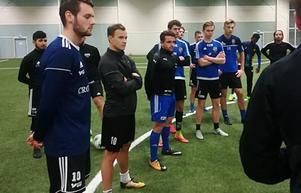 Anton Wede (andra från vänster) tränar just nu med Fagersta Södra. Här från en träning i veckan. FOTO: Kai Kinnari
