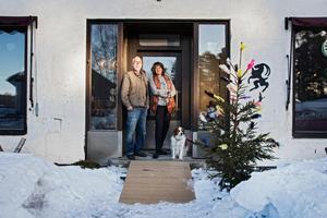 Chris och Margareta Sjöberg med hunden Hayyat välkomnar besökare till det stora huset.