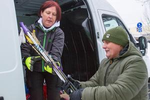 Hans Mokesch, som ska arbeta på Fritidsbanken när den öppnar, hjälper Camilla Sandberg att lasta in skänkta skidor.