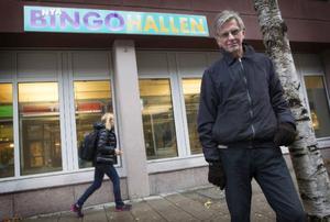 Bertil Andersson utanför Bingohallens nya lokaler vid busstorget på Kyrkgatan.