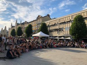 Några hundra barn och ungdomar passade på att se gratiskonserten med Sigrid Bernson på Stortorget.