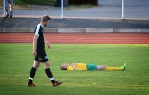 Ludvika slet med en man mindre i 45 minuter i hettan på Hillängen. Belöningen? En poäng mot gästande Vansbro.På bilden syns Vansbros Tobias Andersson och Ludvikas Eric Sjöberg (liggandes).